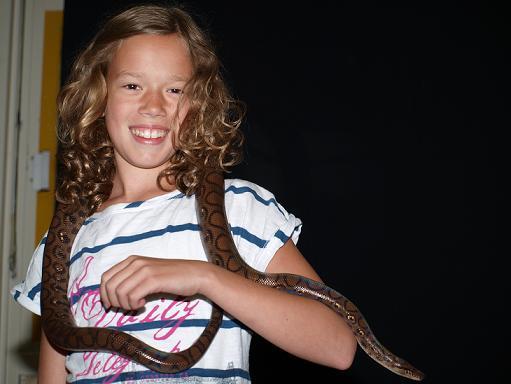 Meisje met slang op bso activiteiten